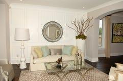 Элегантная живущая комната в новом доме Стоковое фото RF