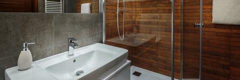 Элегантная и современная ванная комната Стоковые Фото
