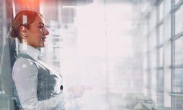 Элегантная коммерсантка в интерьере офиса Мультимедиа стоковые фотографии rf