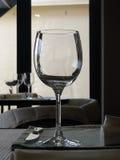 Элегантная кристаллическая рюмка на таблице ресторана Стоковая Фотография RF