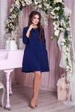 Элегантная молодая женщина в платье вечера представляя в интерьере Фасонируйте портрет стиля красивой девушки в интерьере Стоковые Фото