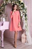 Элегантная молодая женщина в платье вечера представляя в интерьере Фасонируйте портрет стиля красивой девушки в интерьере Стоковое Изображение RF