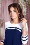 Элегантная молодая женщина в платье вечера представляя в интерьере Фасонируйте портрет стиля красивой девушки в интерьере Стоковые Изображения RF