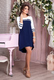 Элегантная молодая женщина в платье вечера представляя в интерьере Фасонируйте портрет стиля красивой девушки в интерьере Стоковое Изображение