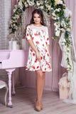 Элегантная молодая женщина в платье вечера представляя в интерьере Фасонируйте портрет стиля красивой девушки в интерьере Стоковая Фотография RF