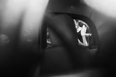 Элегантная невеста и стильный groom обнимая, gentle касание необыкновенно Стоковое фото RF