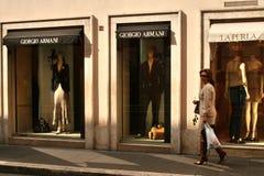 Элегантная одетая женщина перед perla armani и Ла giorgio магазинов, Римом, Италией стоковое изображение rf