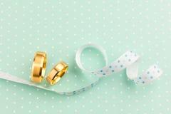 Элегантная предпосылка свадьбы - 2 обручального кольца с лентой Стоковое Фото