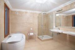 Элегантная просторная ванная комната стоковая фотография