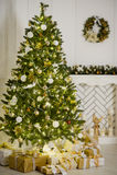 Элегантная рождественская елка украшенная с сверкать стеклянные шарики и fairy света Стоковые Изображения RF