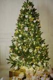 Элегантная рождественская елка украшенная с сверкать стеклянные шарики и fairy света Стоковая Фотография RF