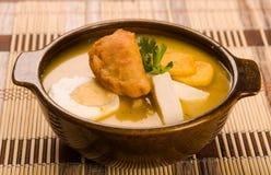 Элегантная сервировка стола с полной сервировкой традиционных супа и аксессуаров fanesca Стоковое Изображение