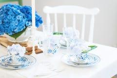 Элегантная сервировка стола с цветками стоковое фото