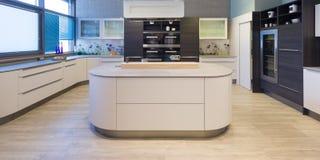 Элегантная современная кухня с залакированный Стоковая Фотография