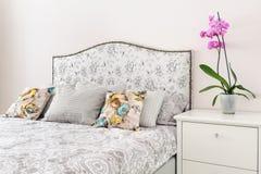 Элегантная спальня в мягких светлых цветах Стоковые Фото