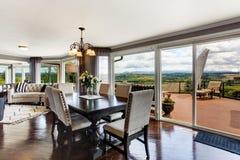 Элегантная столовая с палубой выхода в роскошном доме Стоковая Фотография