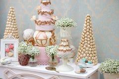 Элегантная сладостная таблица на обедающем или партии события Стоковое Изображение RF