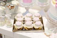 Элегантная сладостная таблица с большим тортом, пирожными, тортом хлопает на обедающем Стоковое Изображение RF