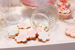 Элегантная сладостная таблица с пирожными и другими помадками для обедающего или Стоковая Фотография