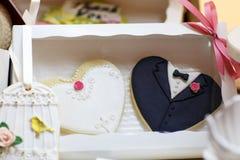 Элегантная сладостная таблица с пирожными и другими помадками для обедающего или Стоковое фото RF