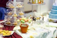 Элегантная сладостная таблица с пирожными, шипучками торта и Стоковые Изображения