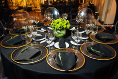 Элегантная таблица праздника, ресторанное обслуживаниа, творческий подход к событию Стоковое фото RF