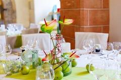 Элегантная таблица установила в белое и зеленую с яблоками для wedding равенства Стоковые Фотографии RF