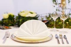 Элегантная таблица установила в мягкий creme для партии wedding или события. Стоковая Фотография