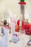 Элегантная таблица установила для wedding или события в партии мягко красном цвете и pi Стоковые Фотографии RF