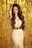 Элегантное брюнет в золотом сверкная платье Styl очарования моды Стоковое Фото