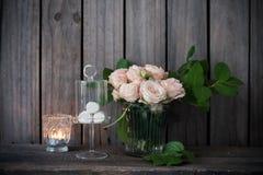 Элегантное винтажное украшение таблицы свадьбы с розами и свечами Стоковое Изображение
