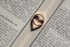 Элегантное кольцо на библии Стоковое Фото