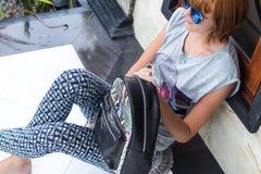 Элегантное обмундирование Закройте вверх стильного роскошного рюкзака питона snakeskin в руке женщины Модельная держа сумка Женск стоковая фотография