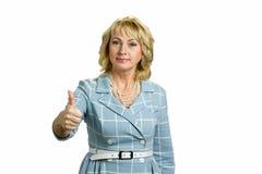 Элегантной зрелой большой палец руки поднятый женщиной вверх стоковая фотография rf