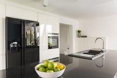 Элегантность в интерьере кухни стоковое изображение