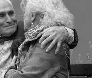 Элегантно одетый пожилой человек обнимает пожилые плеча ` s женщины Стоковое Изображение
