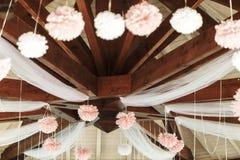Элегантные и роскошные деревянные стулья таблиц беседки свадьбы и декорумы Стоковая Фотография RF