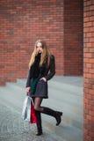 Элегантные молодые красивые женщины держа хозяйственные сумки, идя далеко от магазина Продажа, защита интересов потребителя и кон Стоковое Изображение RF