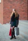 Элегантные молодые красивые женщины держа хозяйственные сумки, идя далеко от магазина Продажа, защита интересов потребителя и кон Стоковая Фотография RF