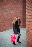 Элегантные молодые красивые женщины держа хозяйственные сумки, идя далеко от магазина Продажа, защита интересов потребителя и кон Стоковое Изображение
