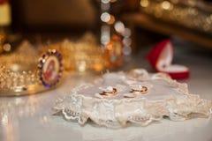 Элегантные, дорогие 2 золотых обручального кольца с жемчугами на ornat Стоковое Изображение