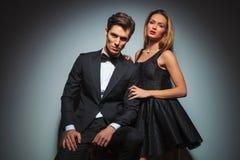 Элегантные пары в черный представлять в студии стоковое фото
