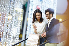 Элегантные пары на эскалаторе в бизнес-центре Стоковое Изображение