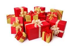 Элегантные подарочные коробки в красном цвете и золоте Стоковые Фотографии RF