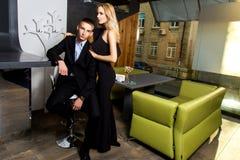 Элегантные человек и женщина в ресторане Стоковое Изображение RF