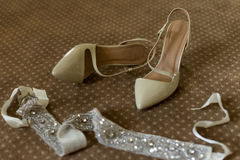 Элегантные bridal ботинки на коричневом ковре Стоковая Фотография
