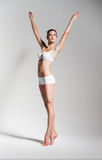 Элегантный артист балета в белом нижнем белье Стоковое Изображение
