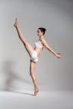 Элегантный артист балета с ногой вверх Стоковое Фото