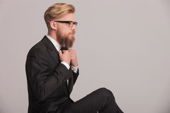 Элегантный бизнесмен исправляя его bowtie Стоковые Фото