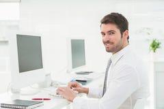Элегантный бизнесмен печатая на клавиатуре стоковая фотография rf
